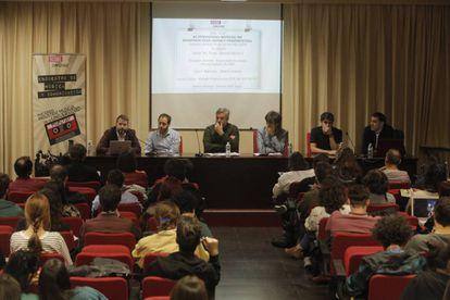 Encuentro entre periodistas sobre el Festival DECODE en la Universidad Complutense.