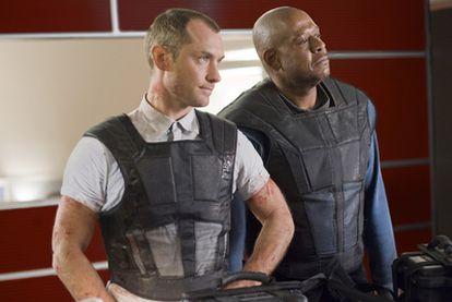 Jude Law, a la izquierda, y Forest Whitaker, en <i>Repo men.</i>