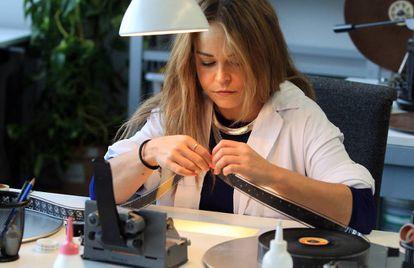 Una empleada del Centro de Restauración de la Filmoteca, en 2014.