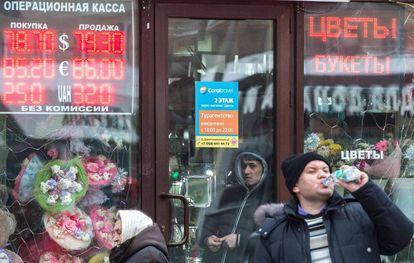 Una casa de cambio en Moscú, este lunes.