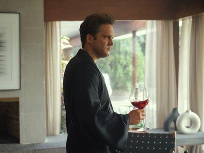 Diego Boneta, en una escena de la tercera temporada de 'Luis Miguel: la serie'.