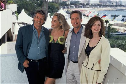 De izquierda a derecha: El cineasta Paul Verhoeven, Sharon Stone, Michael Douglas y Jeanne Tripplehorn, en el Festival de Cannes en 1992.