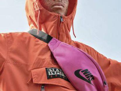 Este abrigo Napapijiri y esta riñonera Nike son dos de las prendas que Zalando subraya para dar coherencia estilística y solidez estética al otoño.