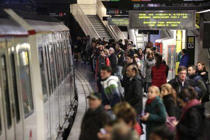 Passatgers s'acumulen a l'andana del metro aquest dimecres a primera hora a Barcelona.
