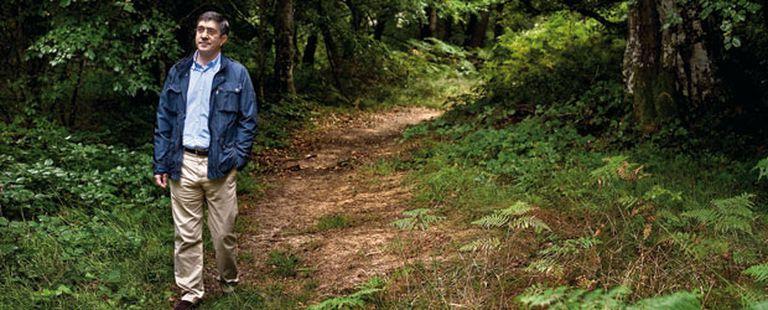 """El """"lehendakari"""" pasea por un camino entre hayas del puerto de la Herrera, en la sierra de Toloño (Álava)"""