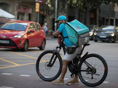 Un rider de Deliveroo en el centro de Barcelona.