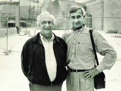 José Luis Merino (izquierda) con Frank Gehry, ante el Guggenheim de Bilbao a finales de los años 90.