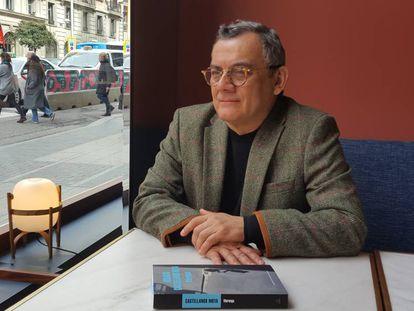 El escritor Horacio Castellanos Moya con su última novela, Moronga (2018).