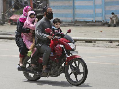 Una familia en Srinagar, en Cachemira, este miércoles.