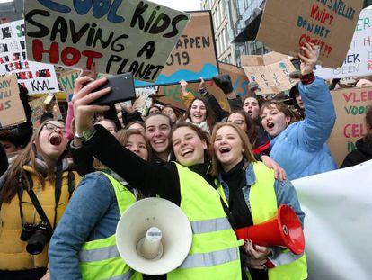 Un grupo de manifestantes se fotografía durante una reciente marcha contra el cambio climático en Bruselas. / Y. HERMAN (REUTERS)