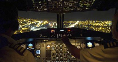 Interior de la cabina de mando de un avión durante una maniobra de aproximación.