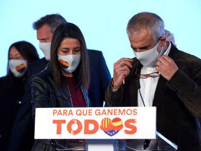 El candidato a la Presidencia de la Generalitat por Ciudadanos, Carlos Carrizosa, y la presidenta del partido, Inés Arrimadas.