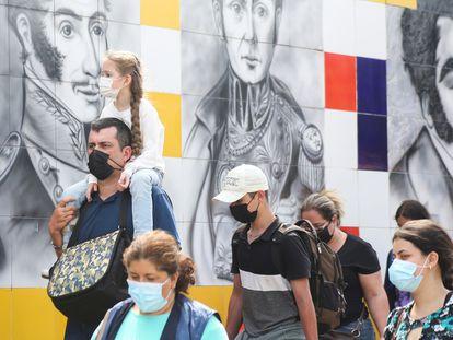 Gente cruzando el puente internacuinal, en Cúcuta.
