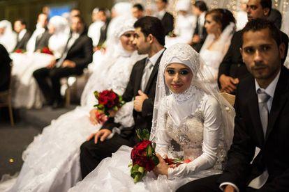 Ceremonia grupal en la que 50 parejas festejan su boda en la sureña localidad libanesa de Sidón