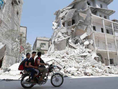 Casas bombardeadas en Ariha (Idlib), el viernes tras el inicio de la tregua.