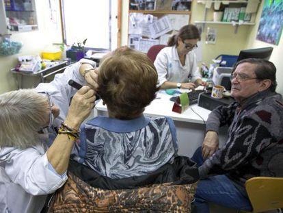Una paciente es examinada del oído en un ambulatorio de Barcelona