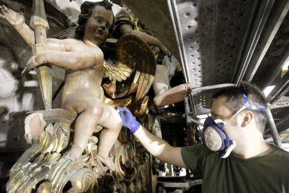Trabajos de restauración del órgano de la catedral de Santiago.