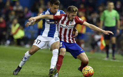 Saúl protege el balón ante Hernán Pérez.