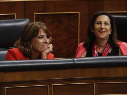 Dolores Delgado, junto a Margarita Robles, este miércoles en el Congreso. En vídeo, el rifirrafe de la ministra de Justicia con Rafael Hernando (PP).