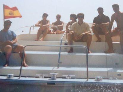 Dorado, bajo la bandera, y Feijóo, tercero por la derecha, en el Oratus en 1997.
