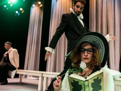 Silvia de Pé y Manuel Moya, con Ernesto Arias detrás, en 'Desengaños amorosos'.