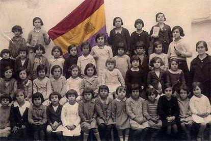 Una maestra y sus alumnas, en El Saucejo (Sevilla) junto a la bandera republicana. La foto formó parte de una exposición sobre la época celebrada en Sevilla.