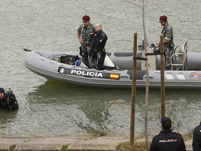 Buzos de los GEO, durante la búsqueda del cuerpo de Marta del Castillo.