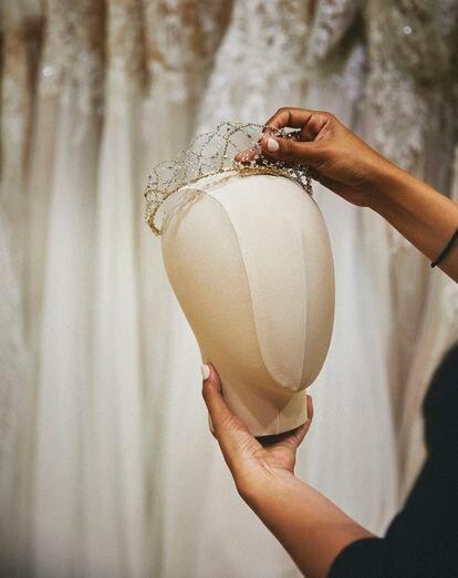 Un tocado en forma de diadema, diseñado para una novia.