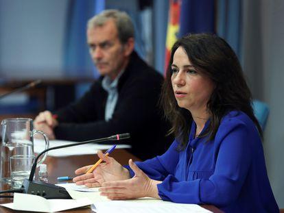 La secretaria de Estado de Sanidad, Silvia Calzón, y el director del Centro de Coordinación de Alertas y Emergencias Sanitarias, Fernando Simón, este jueves en rueda de prensa.