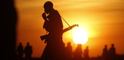 Combatientes rebeldes patrullan una zona en Alto Nilo (Sudán del Sur).