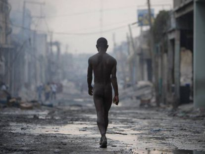 Un hombre desnudo pasea por las calles destruidas de Puerto Príncipe. El gran terremoto del 12 de enero de 2010 y las réplicas posteriores devastaron la capital de Haití.