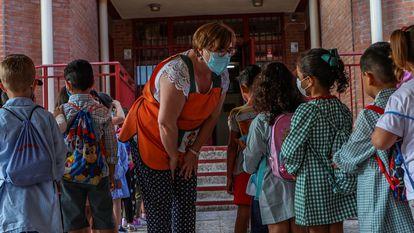 Alumnos del colegio Aquisgrán en Toledo, de vuelta al colegio con mascarilla.