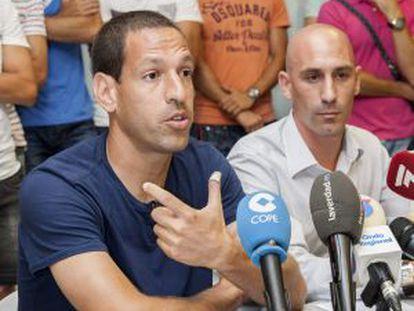 Acciari, jugador del Murcia, con Rubiales, presidente de la AFE.