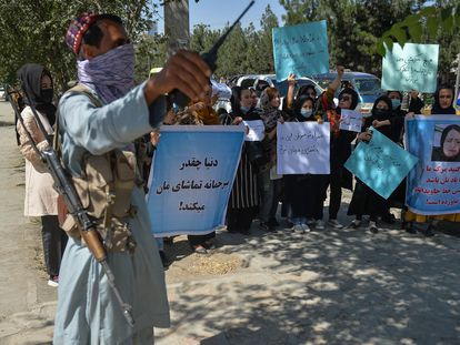 Un talibán vigila a un grupo de mujeres durante una protesta contra Pakistán en Kabul, este miércoles.