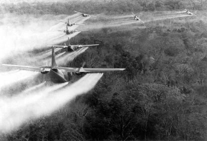 Aviones norteamericanos fumigan el terreno con Agente Naranja durante la Guerra de Vietnam.