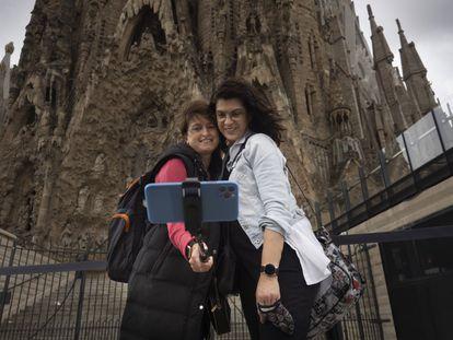 Dos turistas se fotografían delante de la Sagrada Familia, en Barcelona, ya sin el estado de alarma.