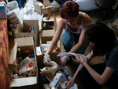 Voluntarias de la asociación Domik Detsva en una entrega de alimentos a familias en Samara.