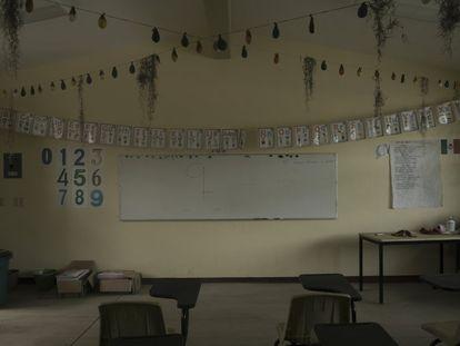 Un aula vacía dentro de una escuela de Primaria en la comunidad de Yetón, en Chiapas, México, mientras los estudiantes de todo el país reiniciaban las clases en línea y por televisión.