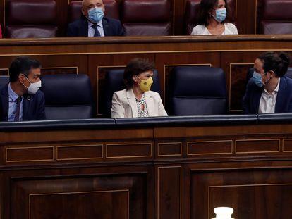 El presidente del Gobierno, Pedro Sánchez (a la izquierda), la vicepresidenta primera, Carmen Calvo y el vicepresidente Pablo Iglesias, durante la sesión de control al Gobierno en el Congreso este miércoles.