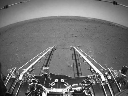 Imagen de la rampa de descenso tomada por 'Zhurong' sobre la superficie de Marte.