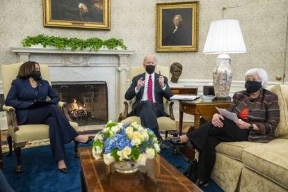 La vicepresidenta de EE UU, Kamala Harris, el presidente Joe Biden y la secretaria del Tesoro, Janet Yellen, en la Casa Blanca el 29 de enero.