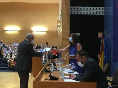 La decana del Colegio de Abogados de Valencia, en la entrega de diplomas a los letrados con 25 años o más de experiencia, en el acto celebrado en la Ciudad de la Justicia.