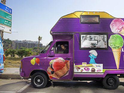 Un camión de venta de helados ambulante en el Tánger City Center.