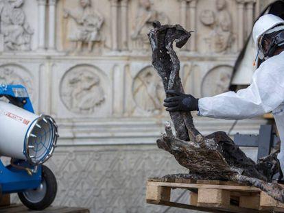 Un obrero de Notre Dame limpia unos restos de la catedral el pasado miércoles