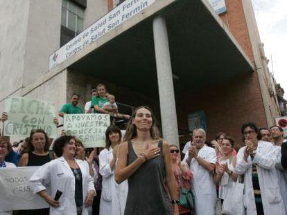 Cristina Martínez fue arropada por un centenar de personas y profesionales de la sanidad en Elche