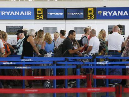 Viajeros en los mostradores de Ryanair en el aeropuerto de Alicante.