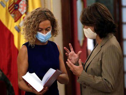 La presidenta del Congreso, Meritxell Batet, a la izquierda, recibe la memoria anual de la Fiscalía General del Estado de manos de su titular, Dolores Delgado, el pasado septiembre.