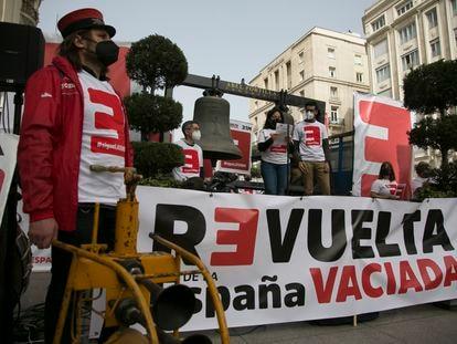 Acto de la agrupación La revuelta de la España vaciada, frente al Congreso de los Diputados, este lunes.
