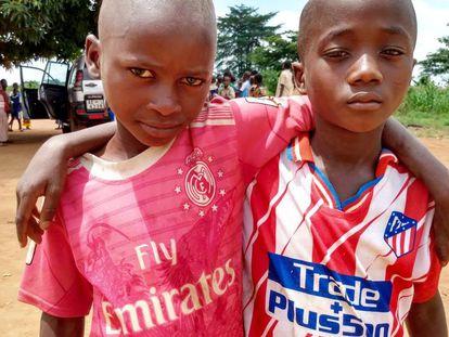 Niños con camisetas falsas del Atlético de Madrid y del Real Madrid en la aldea de Seribadougou, Costa de Marfil.