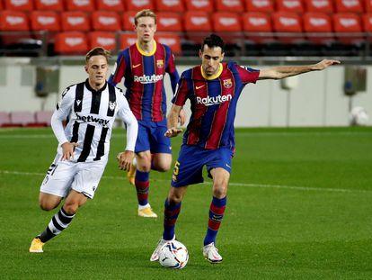 Busquets, ante Dani Gómez y De Jong, en el partido entre el Barcelona y el Levante.